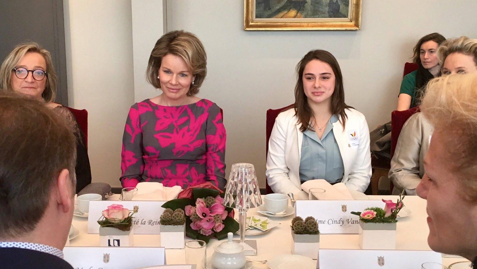 Cindy Vandenhole et Fanny Lecluyse aux côtés de la reine Mathilde