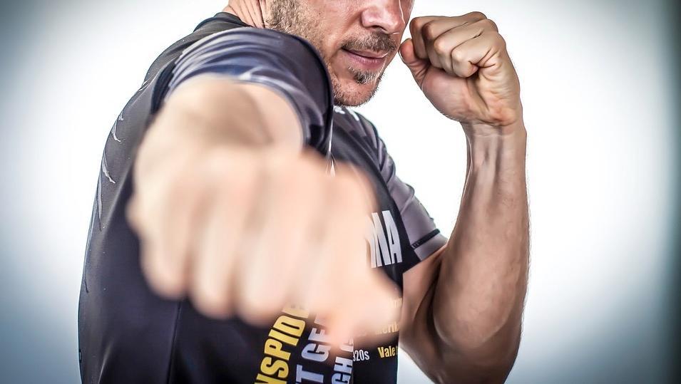 Armé, il agresse un ancien boxeur… Il n'aurait pas dû !