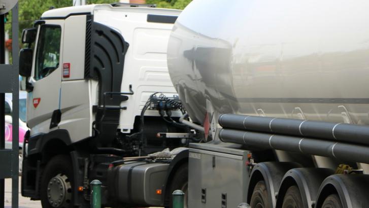 Un camion-citerne a perdu son mazout sur la E42 à Vaulx