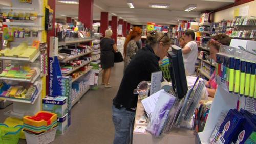 Achat de fournitures scolaires : supermarché ou boutique spécialisée ?