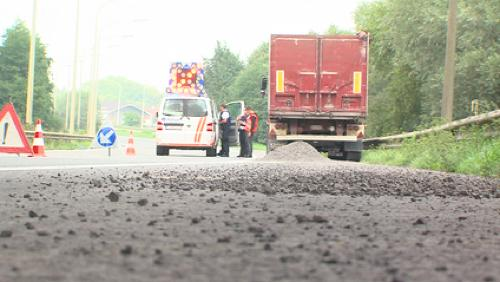 Un camion a perdu du gravier sur l'E42
