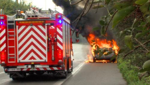 Voiture en feu sur l'autoroute E42