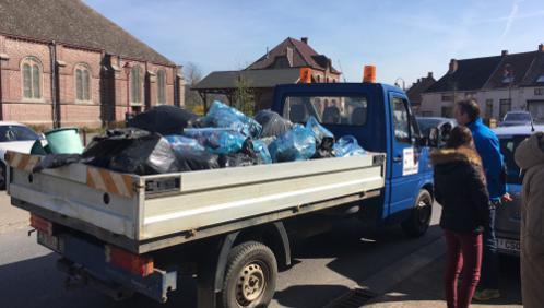 Un camion de déchets ramassé par des bénévoles frasnois