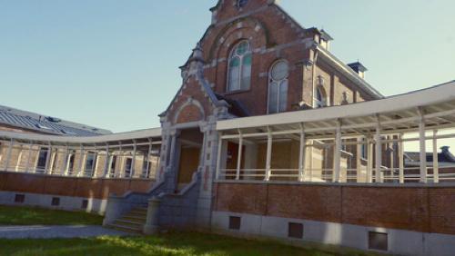 Un ancien hôpital devenu un loft chic et contemporain