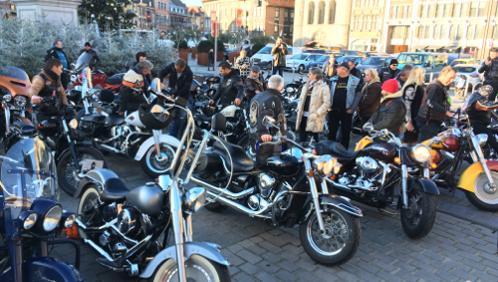 Des dizaines de bikers réunis sur la Grand Place pour rendre hommage à Johnny