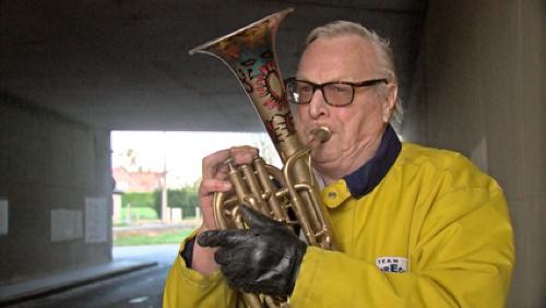 Albert joue du tuba alto sous le pont