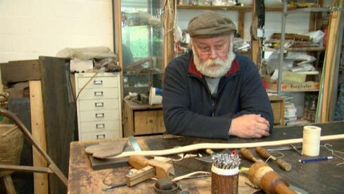 Henri Dehouck travaille le cuir