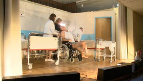 L'hôpital tourné en dérision dans une pièce de théâtre