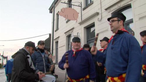 Le cochon pendu haut et court !