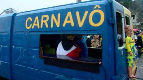 La pluie n'arrête pas les confettis au Carnavô