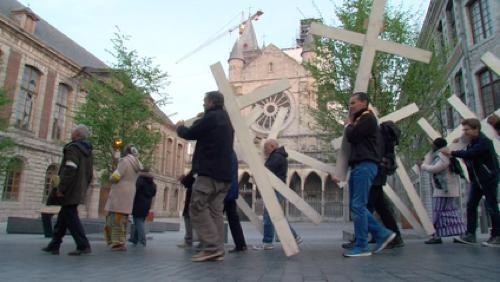 Les participants au chemin de croix ont prié pour les chrétiens persécutés