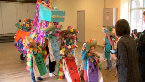 Les enfants préparent la parade de Sortilèges