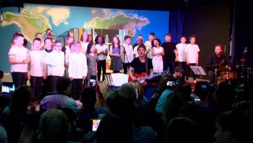 """""""Trop"""", une comédie musicale faite par les enfants qui dénoncent la surconsommation"""