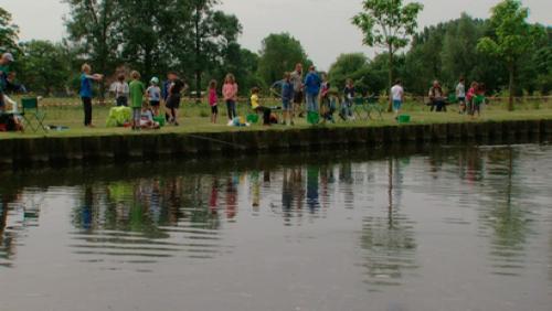 Ladeuze, initiation des jeunes à la pêche, le long du canal