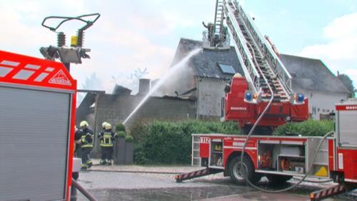 Un petit entrepôt ravagé par les flammes