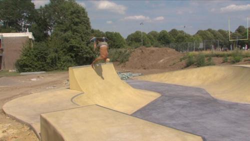 La construction du skatepark avance et a été testée par ses ouvriers