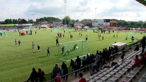 Un stade des Géants noir de jeunes footballeurs