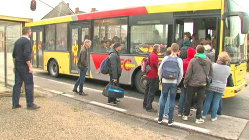 Le dernier bus ferme ses portes et laisse des enfants sur le trottoir