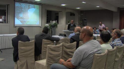 Une réunion d'information entre entreprise et citoyens
