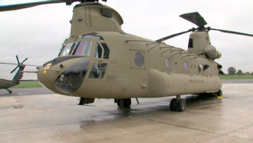 89 hélicos de l'us army en transit à la base aérienne