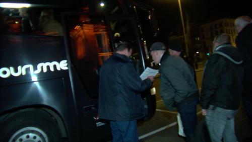 Les fans de Johnny Hallyday se rendent à Paris pour ses funérailles