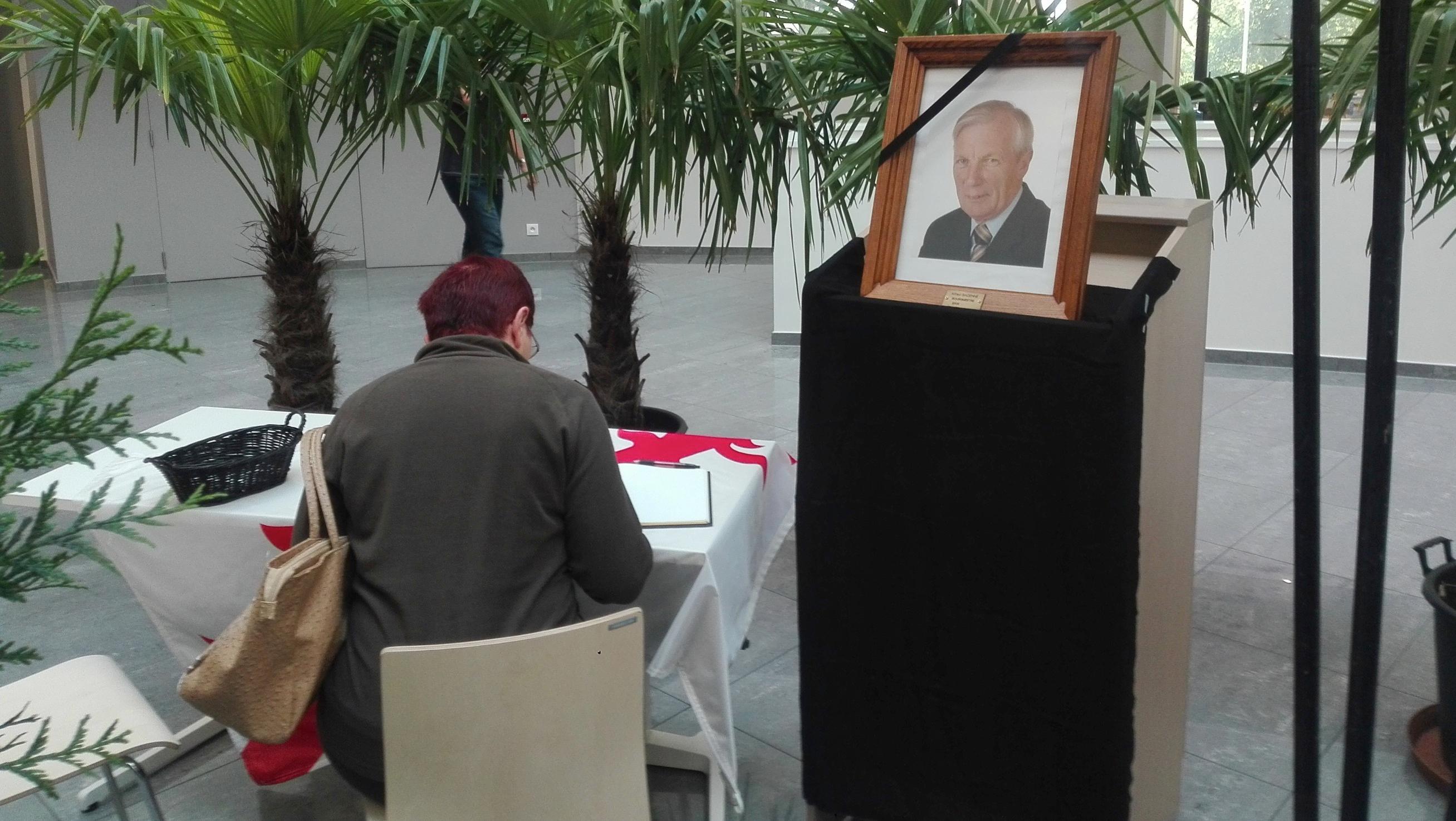La population mouscronnoise rend hommage à son bourgmestre