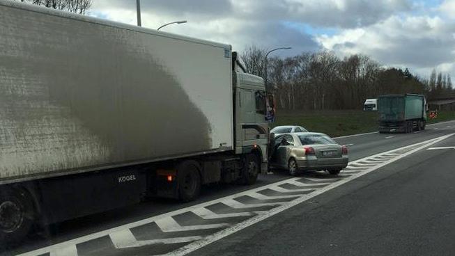 Circulation pratiquement à l'arrêt sur l'autoroute E42 à hauteur de Froyennes