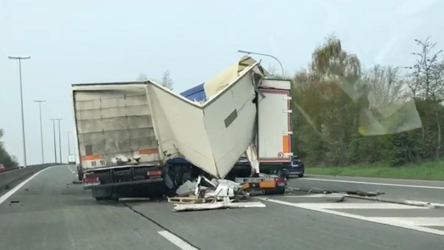 Spectaculaire accident entre deux poids lourds sur l'A8, à hauteur de Lessines