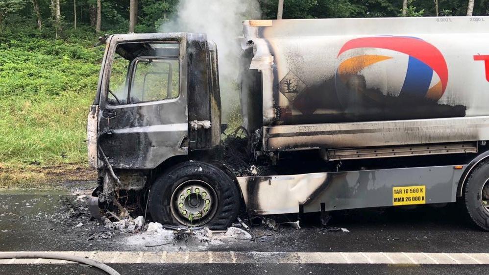Un camion de mazout en feu sur l'E42