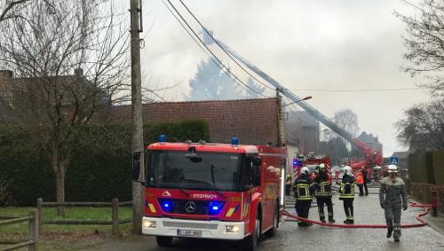 Un immeuble à appartements part en fumée