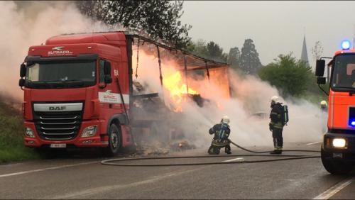 Un camion en feu le long de la chaussée de la Clinkerie à Antoing