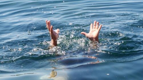 Un homme sauvé de la noyade par une jeune femme