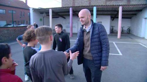 L'arbitre Sébastien Delferière de passage à l'école communale d'Harchies