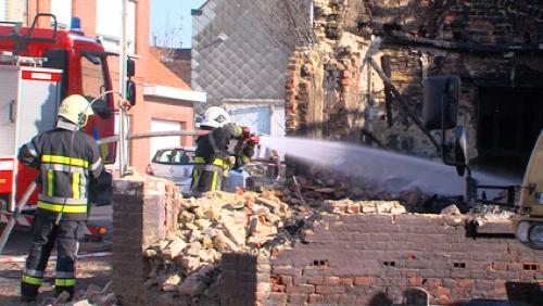 Un couple sain et sauf après s'être échappé de sa maison en feu