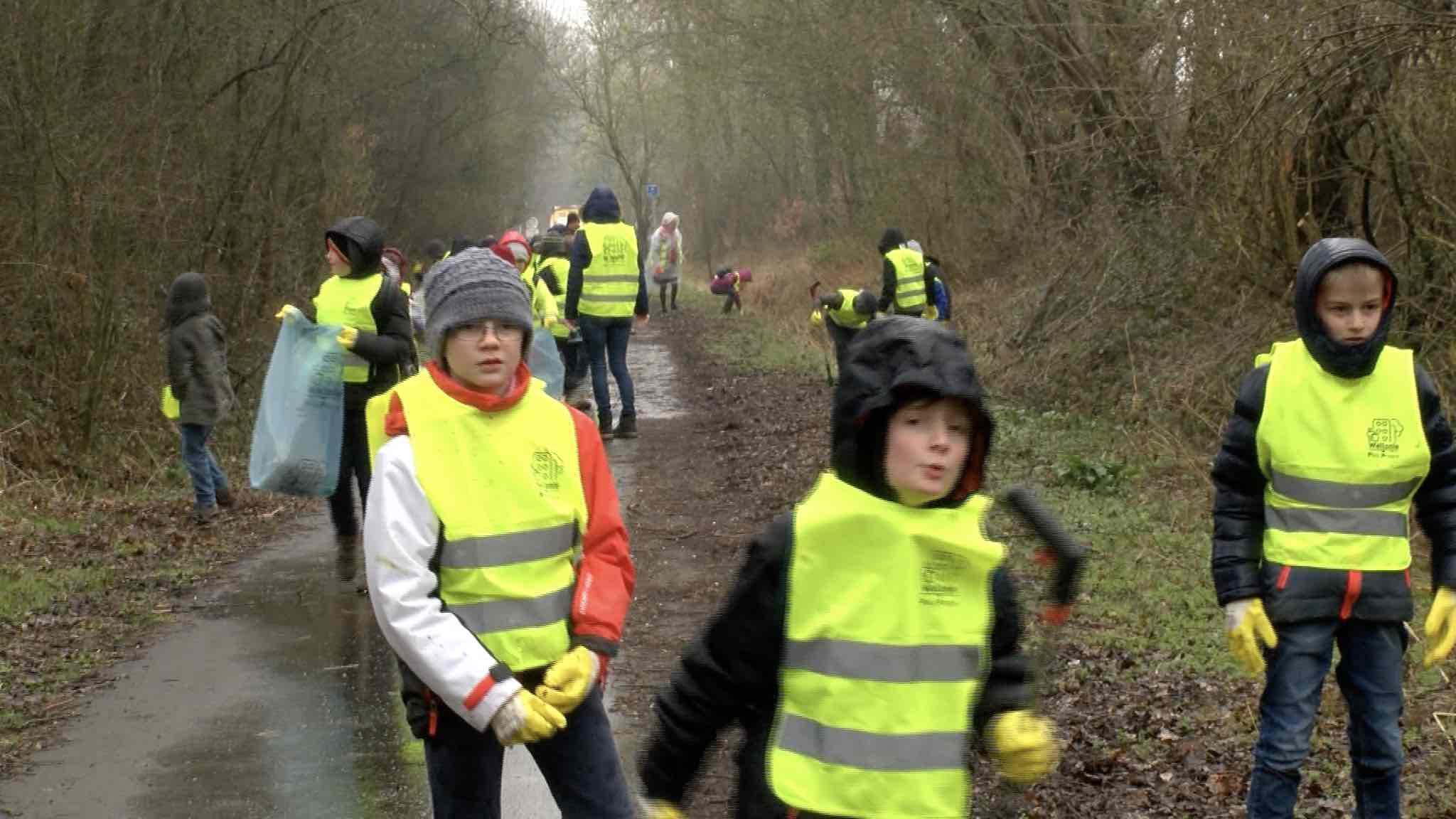 Les enfants des écoles du village nettoient le Ravel