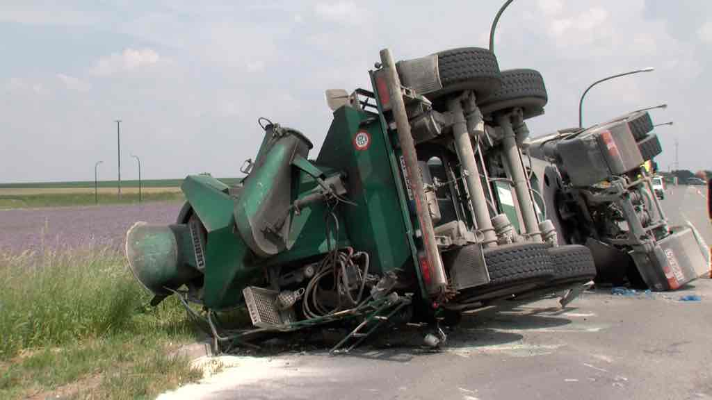 Un camion sur le flanc au rond-point des fourmis
