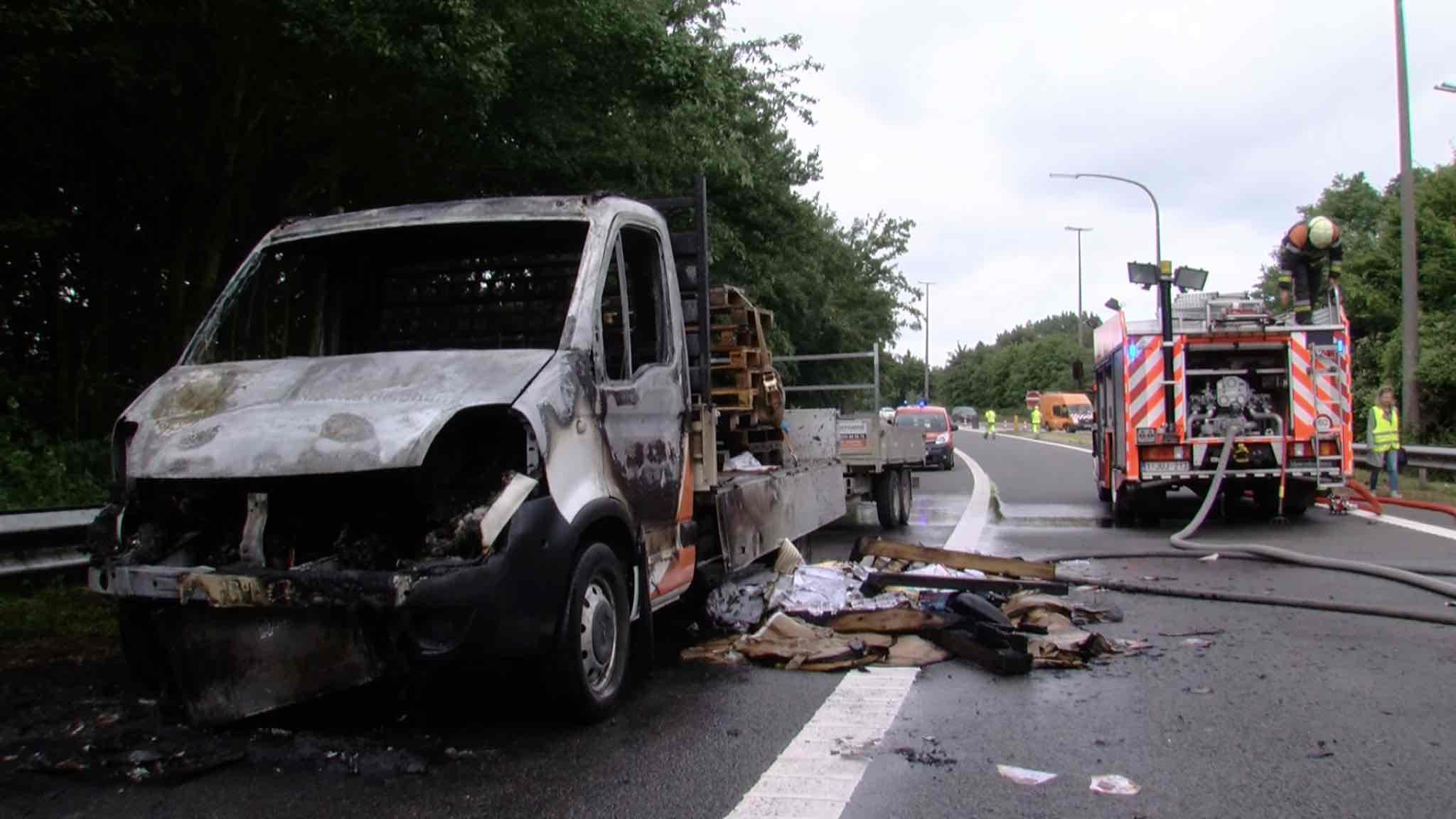 véhicule en feu sur l'autoroute