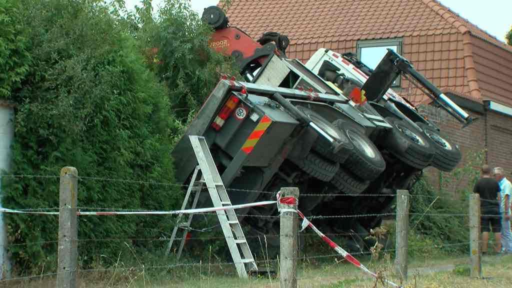 Un camion grue bascule sur un ouvrier